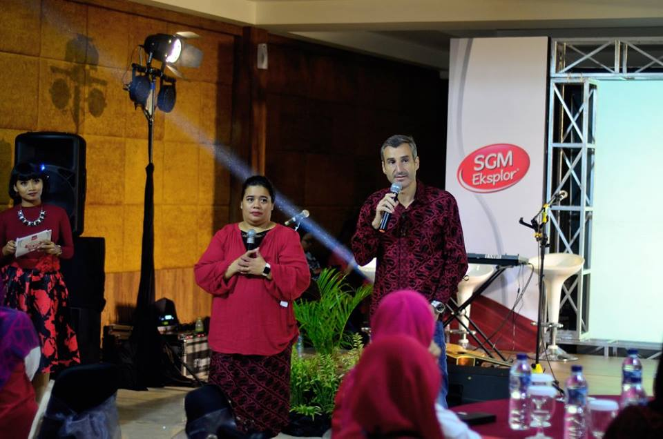 Mr Joris Bernard, Brand Business Unit Director SGM (kanan) beserta Mba Naomi