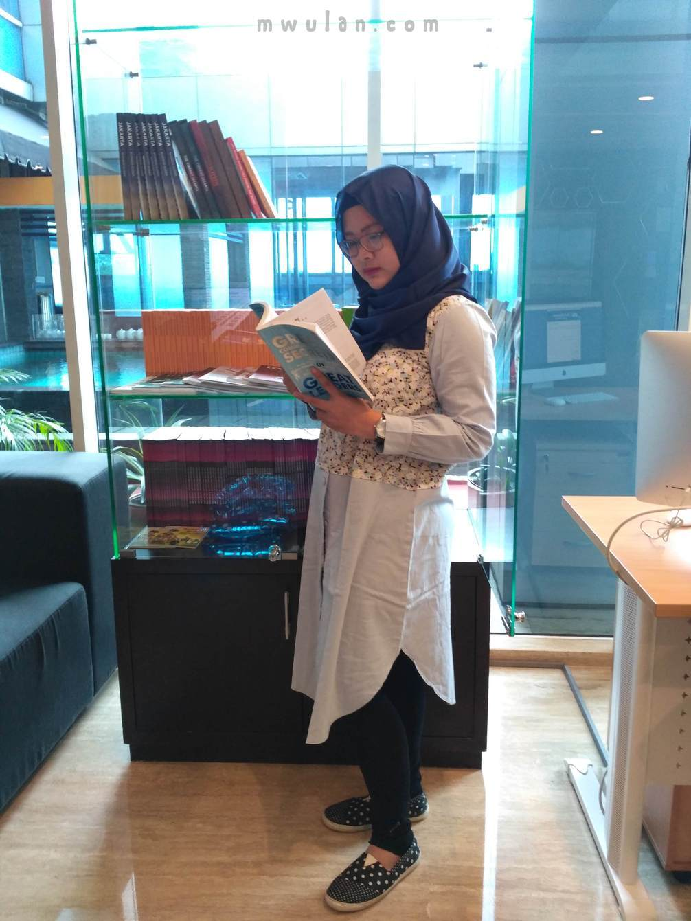 Baca buku tentang how to be a great leader di reading corner yang ada di lobi hotel Best Western Premier The Hive